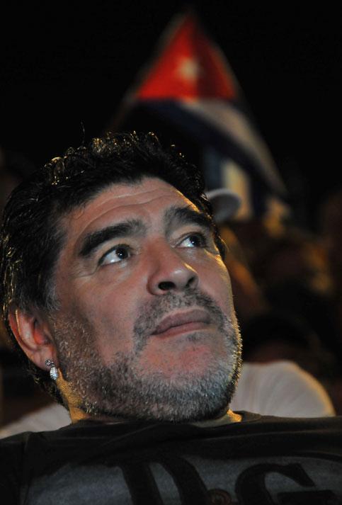 Maradona estuvo en la primera fila del concierto de Silvio Rodríguez.
