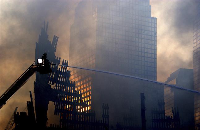 El incendio ocasionó el desplome de al menos tres edificios y graves daños en las infraestructuras adyacentes al World Trade Center.