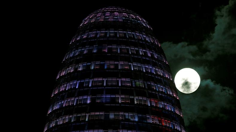 La superluna se levanta detrás de la Torre Agbar en Barcelona, España.