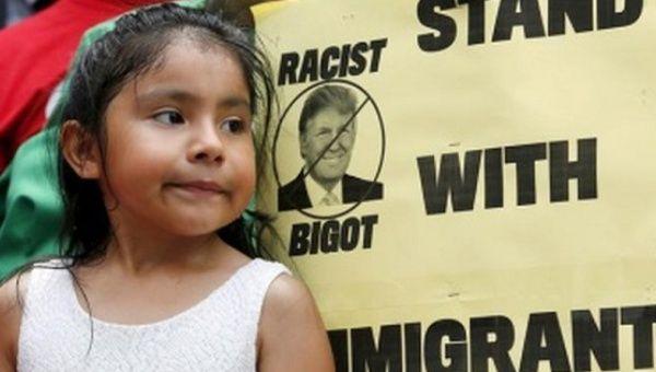 Una niña participa en una protesta pidiendo a las empresas a romper sus relaciones con el republicano candidato a la presidencia de EEUU, Donald Trump.