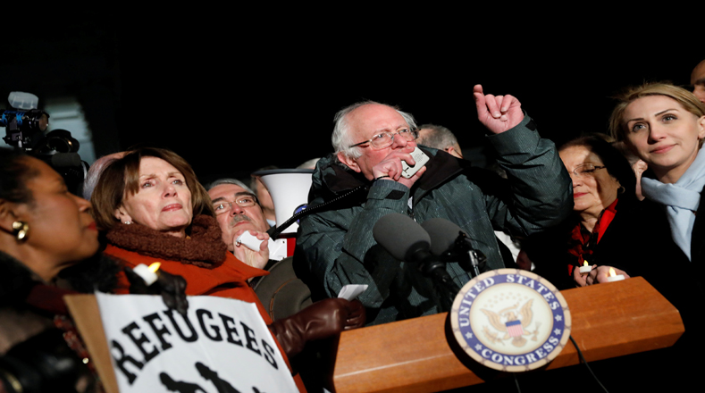 El senador Bernie Sanders se sumó a las protestas de este lunes.