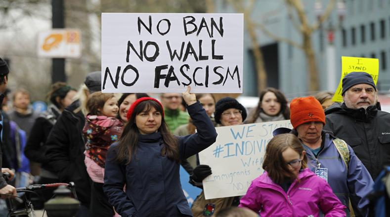 Sin prohibir el paso a refugiados, sin muro fronterizo, sin fascismo, instaron los marchantes.