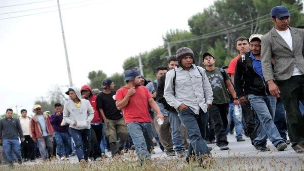 Procedentes de México, son trabajadores migrantes que cruzan una frontera trazada por el ejército de Estados Unidos usando la fuerza.