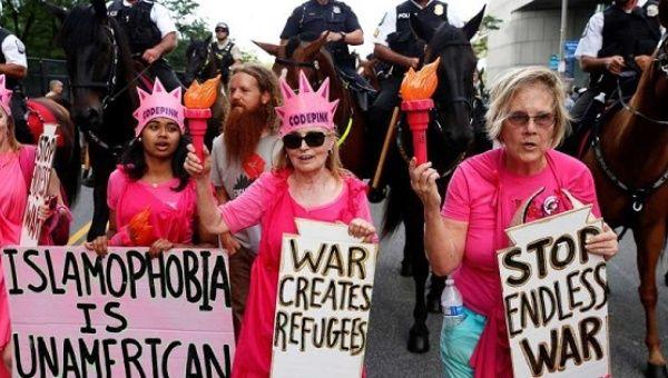 Código Los manifestantes rosados cantan durante una marcha por delante de la Convención Nacional Republicana en Cleveland.
