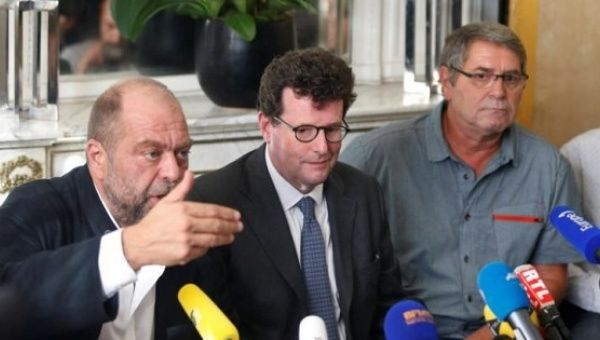 Pascal Fauret (R), one of two French pilots convicted for drug-trafficking in the Air Cocaine case, and his lawyers Jean Reinhart (C) and Eric Dupond-Moretti (L).