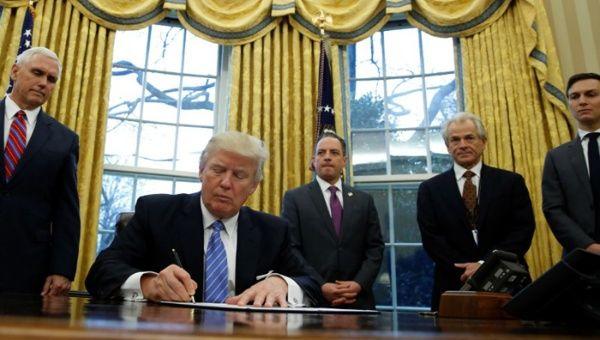 El presidente de los Estados Unidos, Donald Trump, había hecho la aprobación de un decreto inicial. Sin embargo, este fue bloqueado por dos tribunales, uno en Seattle y el otro en San Francisco.