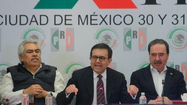 """""""Hemos ayudado a mantener empleos manufactureros en EE.UU."""", expresó Ildefonso Guajardo Villarreal (c)."""