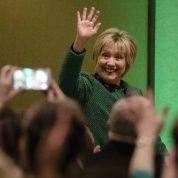 Hillary Clinton, ex candidata presidencial demócrata, saluda al llegar a la Sociedad de Mujeres Irlandesas para la celebración anual por el Día de San Patricio, el viernes en Scranton, Pensilvania.