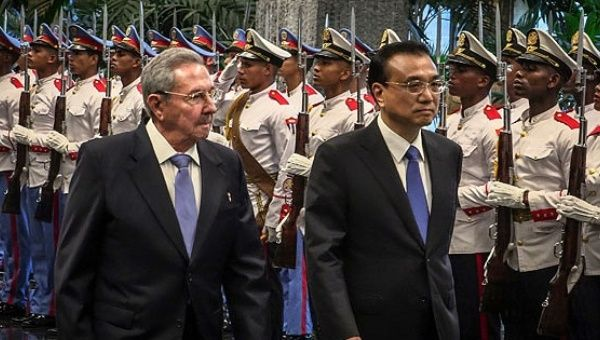 Cuban president Raul Castro (L) meets with Chinese Premier Li Keqiang (L) in Havana. Sept 2016