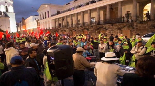 Más de 15 organizaciones sociales protegen el Palacio presidencial de Carondelet en Quito.