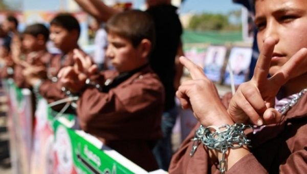 Palestinian children take part in a rally in front of the Red Cross headquarters in Gaza City marking Palestinian Prisoners Day, April 17, 2012.