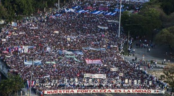 Miles de personas congregadas en la Plaza de la Revolución José Martí celebran el Día Internacional de los Trabajadores.