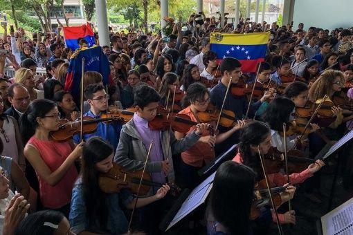 Músicos del Sistema Nacional de Orquestas Infantiles y Juveniles de Venezuela rinden un homenaje musical en el velorio de Armando Cañizales