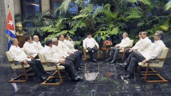 """El presidente Raúl Castro junto a integrantes de las FARC-EP, incluido Timoleón Jiménez, alias """"Timochenko""""."""