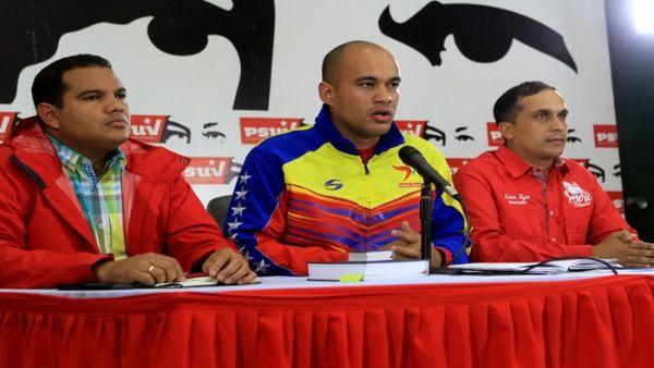 """Durante una conferencia de prensa del partido oficialista, Rodríguez (centro) invitó a la Conferencia Episcopal venezolana a ser un """"lugar de encuentro para todos""""."""
