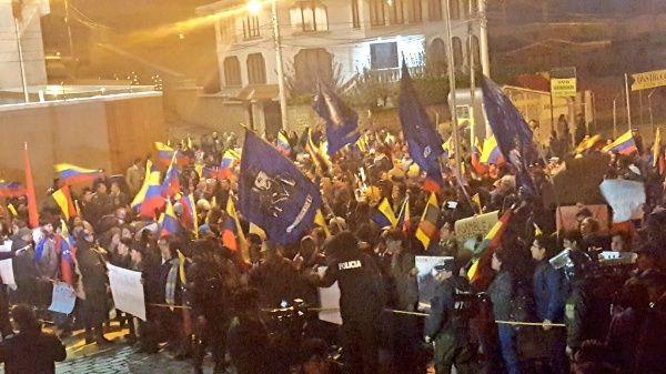 Plantón de solidaridad con el Gobierno de Venezuela frente a la Embajada de ese país en La Paz.