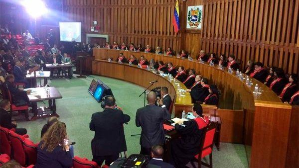 Luisa Ortega Díaz tiene prohibida la salida del país.