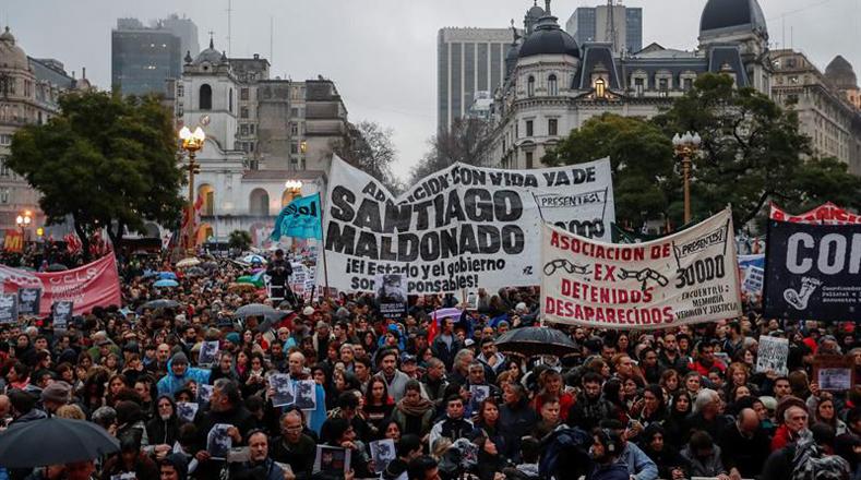 Miles de personas se concentraron con pancartas en la capital argentina para exigir la aparición con vida de Santiago Maldonado.