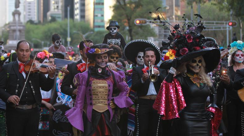 """Las familias acudieron con sus niños disfrazados para participar de este desfile en honor a """"La Catrina""""."""