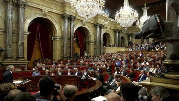El CU y JustxSí entregaron una resolución para declarar la independencia catalana, que finalmente fue aprobada.