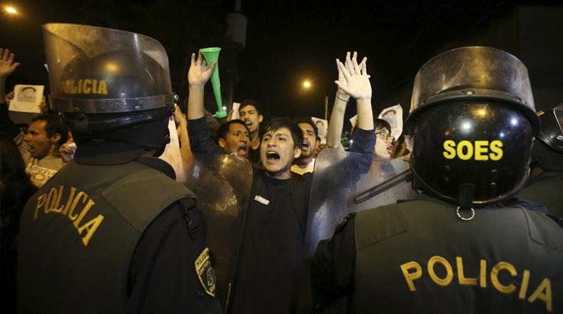 Los ciudadanos se concentraron en la Plaza San Martín para rechazar el perdón humanitario al expresidente Fujimori y exigir la anulación del mismo. Informes señalaron que la enfermdad del dictador no es terminal por lo que el indulto no le corresponde según lo estipulado en la Constitución de ese país.