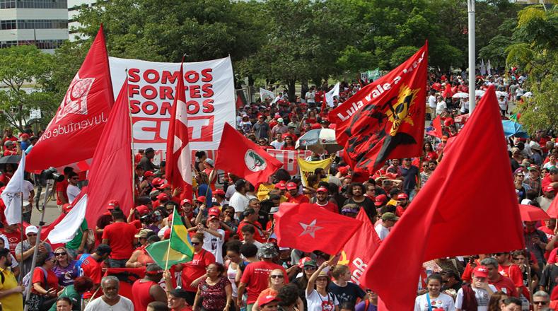 Unas 10.000 personas, en su mayoría jóvenes, acudieron a la marcha convocada por organizaciones de izquierda en el centro de Sao Paulo, a la cual se sumó Lula.