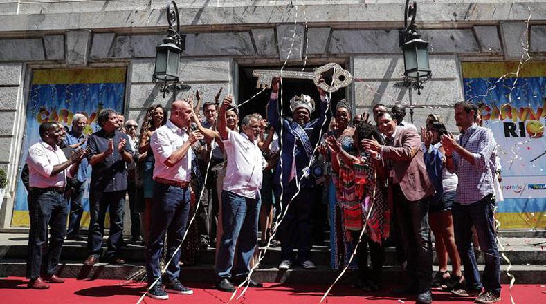 El alcalde de Río de Janeiro, Marcelo Crivella, entregó la llave de la ciudad al máximo exponente de los festejos, Milton Junior, durante un acto que espera atraer la atención de los turistas en los próximos días.
