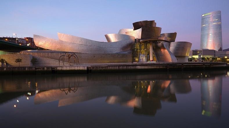 El Museo Guggenheim Bilbao fue inaugurado el 18 de octubre de 1997 por el rey Juan Carlos I de España. Entre su colección se encuentran relevantes obras del arte contemporáneo de autores locales e internacionales, con la finalidad de conformar una colección propia y autónoma. El criterio de selección se perfila de acuerdo con la Fundación Guggenheim de Nueva York.