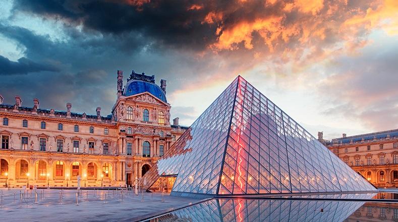 El Museo del Louvre es el museo nacional de Francia, otro de los más importantes del mundo, consagrado así por sus extensas y reconocidas colecciones. Su origen data del siglo XII, más exactamente entre 1190 y 1202. Cuenta con diferentes colecciones de obras de arte provenientes de civilizaciones, culturas y épocas variadas. Contiene alrededor de 445 mil piezas, de las que 35 mil están expuestas.