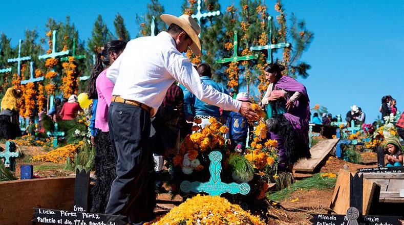 Los cementerios de las naciones latinoamericanas recibieron la visita de hombres, mujeres y niños que entregaron una ofrenda a sus familiares o amigos muertos.