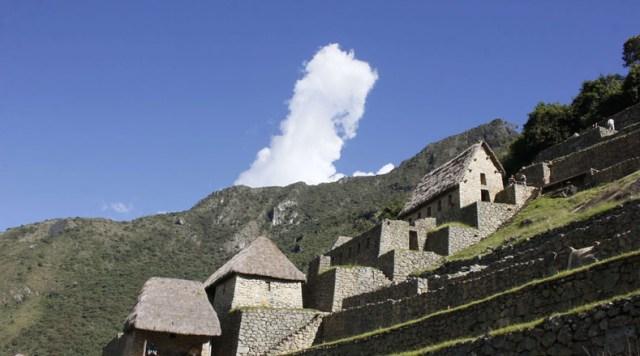 La historia de este lugar refiere que al menos cuatro familias lo habitaban antes de ser encontrada por Bingham, y descendientes de esos grupos han demandado al Gobierno peruano la propiedad del territorio.