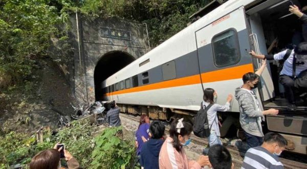 Descarrilamiento de tren en Taiwán deja al menos 36 muertos   Noticias   teleSUR