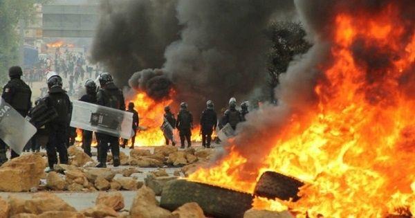 La policía mexicana reprimió con violencia las protestas del CNTE en Oaxaca.