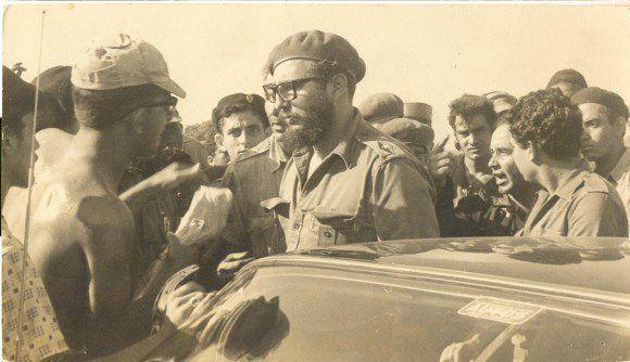 Fidel Castro junto a pobladores y combatientes cubanos durante la invasión de las tropas mercenarias a Playa Girón. Foto: Cubadebate.