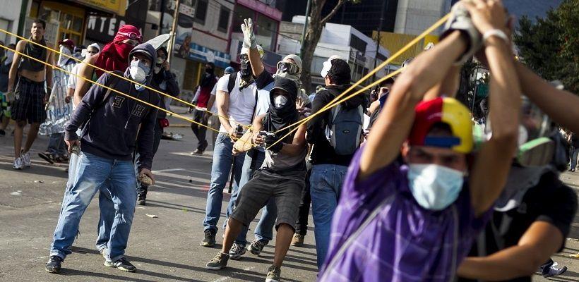 Resultado de imagen para guarimbas en venezuela 2017