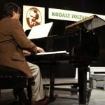 Farkas Gábor zongorázik