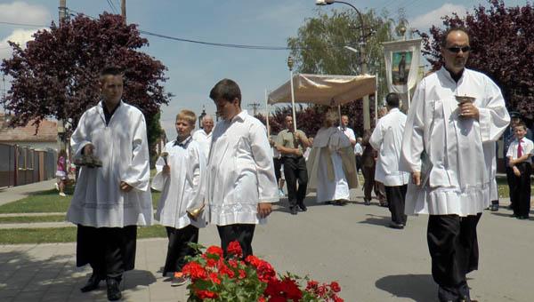 Jézus Szíve körmenetet tartottak Vágán