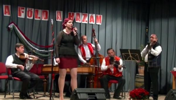Szevecsek Mária énekel
