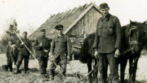 Helyi-parasztoknál-oroszország-kb.-1942-tavasza A Fórum Intézet gyűjteményének darabja.
