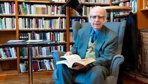 Tőzsér Árpád a Pozsonyi Magyar Kulturális Intézet könyvtárában (Fotó: MTI/Krizsán Csaba)