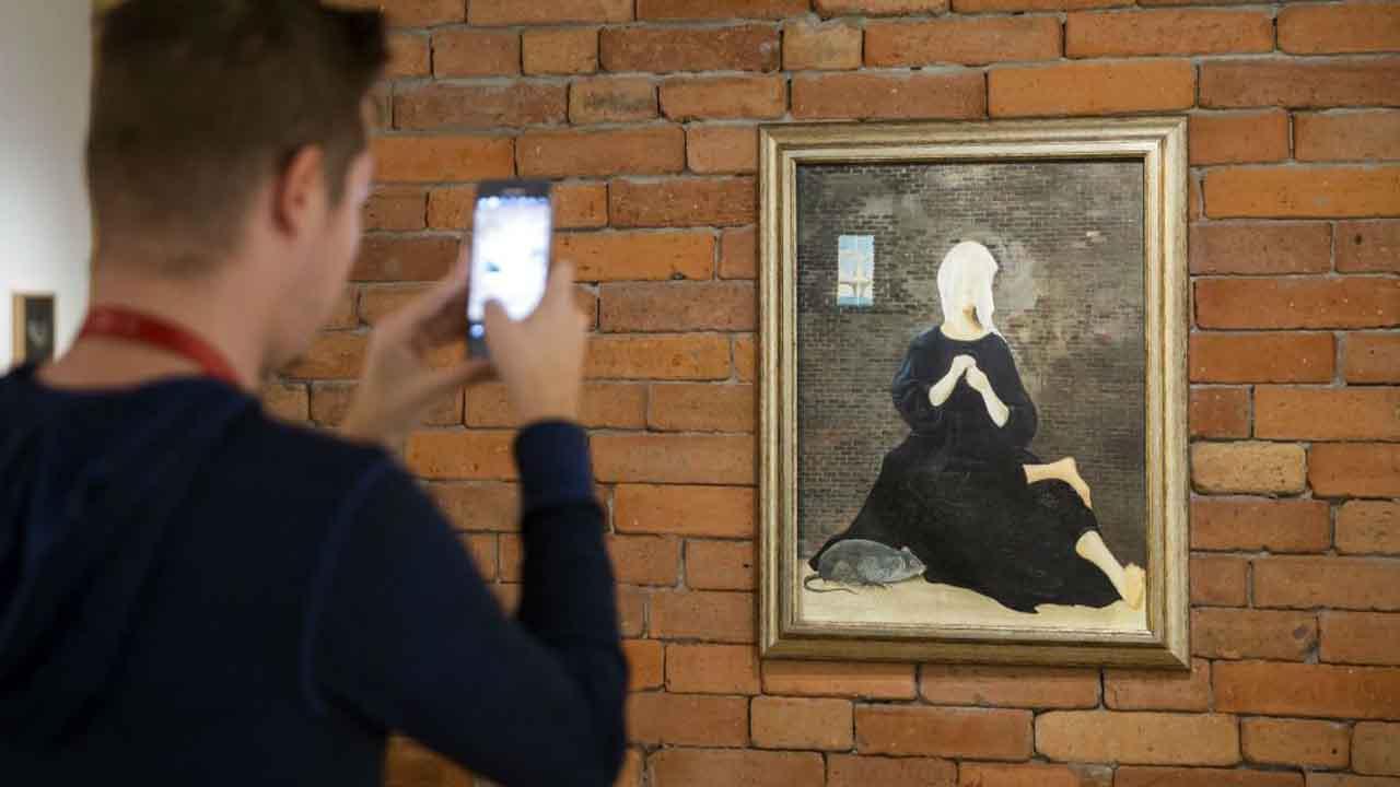 Egy látogató az egyetlen magyar klasszikus szürrealista festőként számon tartott, 90 éve született Ország Lili munkásságát bemutató Árny a kövön című kiállítás megnyitóján a Magyar Nemzeti Galéria (MNG) épületében, a Budavári Palotában 2016. december 15-én. MTI Fotó: Mohai Balázs