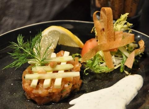 Le tartare de saumon à l'aneth, crème aigrelette et batonnets de Granny Smith et Herve blanc