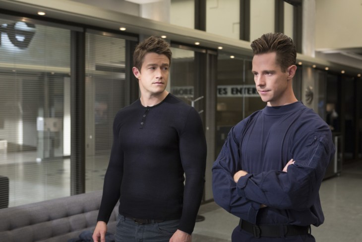 """iZombie -- """"Looking For Mr. Goodbrain, Part 2"""" -- Image Number: ZMB313a_0046.jpg -- Pictured (L-R): Robert Buckley as Major and Jason Dohring as Chase Graves -- Photo: Michael Courtney/The CW -- © 2017 The CW Network, LLC. All Rights Reserved."""