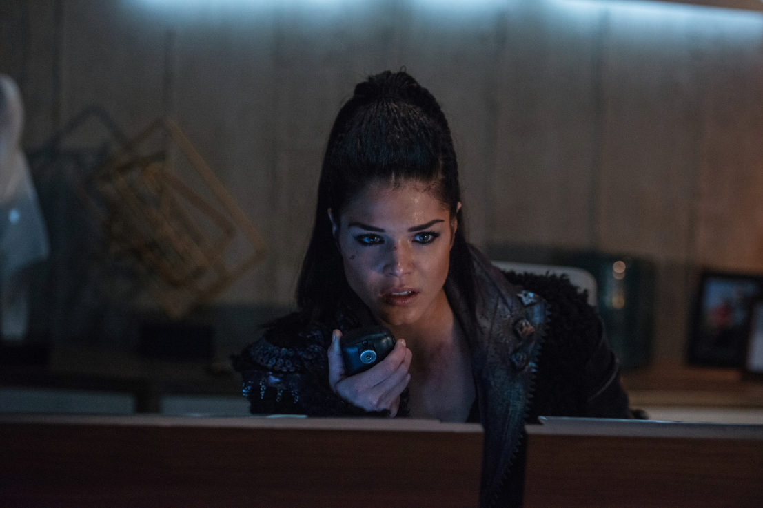 """The 100 -- """"Praimfaya"""" -- Image HU413a_0245 -- Pictured: Marie Avgeropoulos as Octavia -- Credit: Diyah Pera/The CW -- © 2017 The CW Network, LLC. All Rights Reserved"""