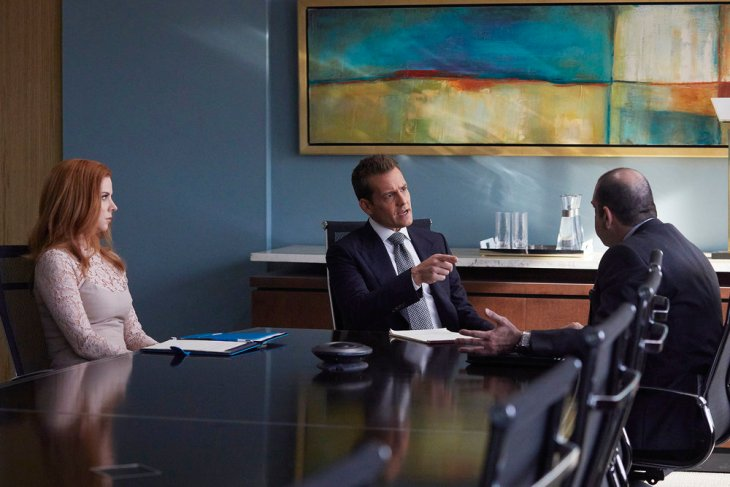 "SUITS -- ""The Statue"" Episode 702 -- Pictured: (l-r) Sarah Rafferty as Donna Paulsen, Gabriel Macht as Harvey Specter, Rick Hoffman as Louis Litt -- (Photo by: Shane Mahood/USA Network)"