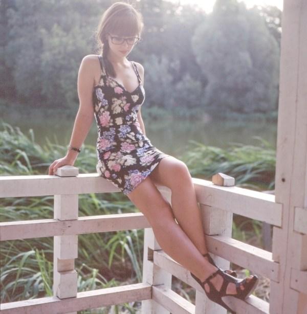 Pucelle timide a lunettes en petite robe a fleurs