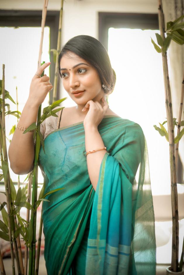 bommu-lakshmi-latest-pics_1