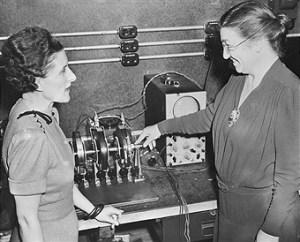 Vivien Kellems (empresaria) conversando con Edith Clarke (1940)