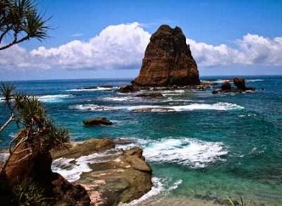Objek wisata pantai Papuma Jember