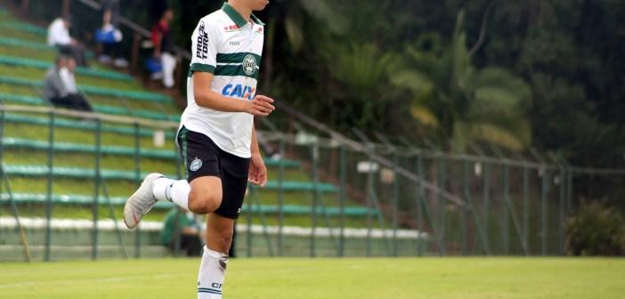"""Camisa 10 do Coritiba nas categorias de base, meia Biel vibra com assinatura do seu primeiro contrato profissional: """"Sonho se realizando"""""""